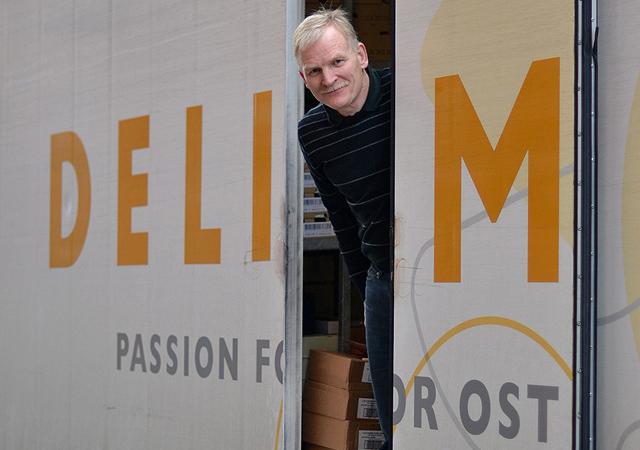Kurt stikker hovedet ud af ostebilen