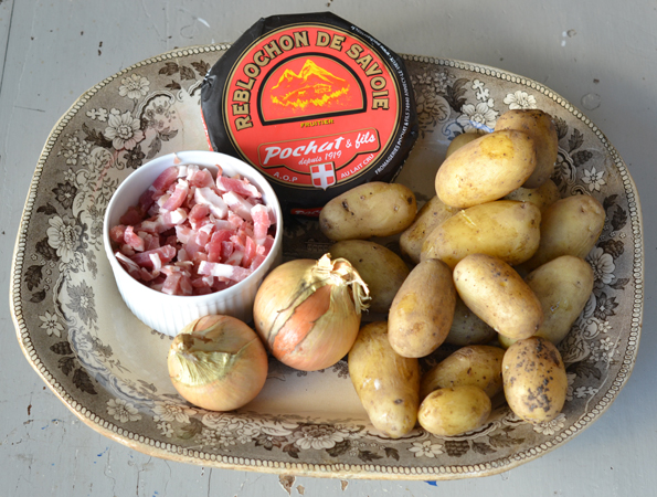 Ingredienser til Tartiflette: Kartofler, løg, bacon og ost!