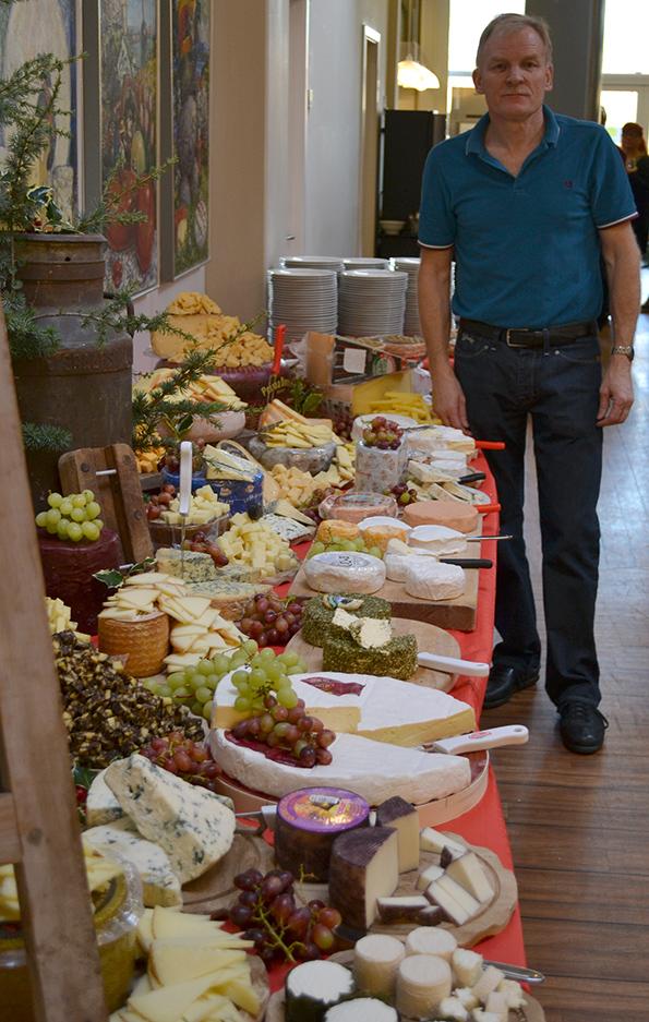 Kurt står bag det flotte ostebord
