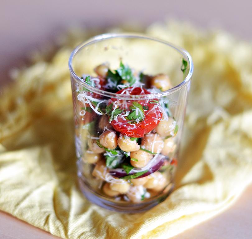 Salat med kikærter og parmesan