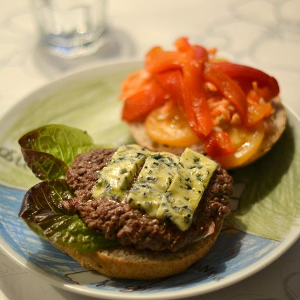 Blåskimmelost smelter på burger